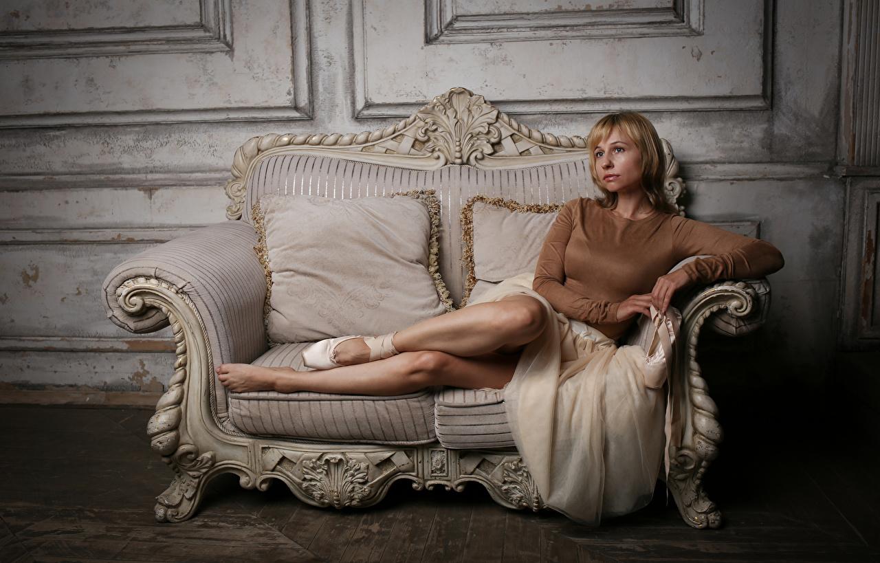 Фотографии Victoria Borodinova Блондинка Поза молодые женщины Ноги диване Взгляд блондинки блондинок позирует девушка Девушки молодая женщина ног Диван смотрит смотрят