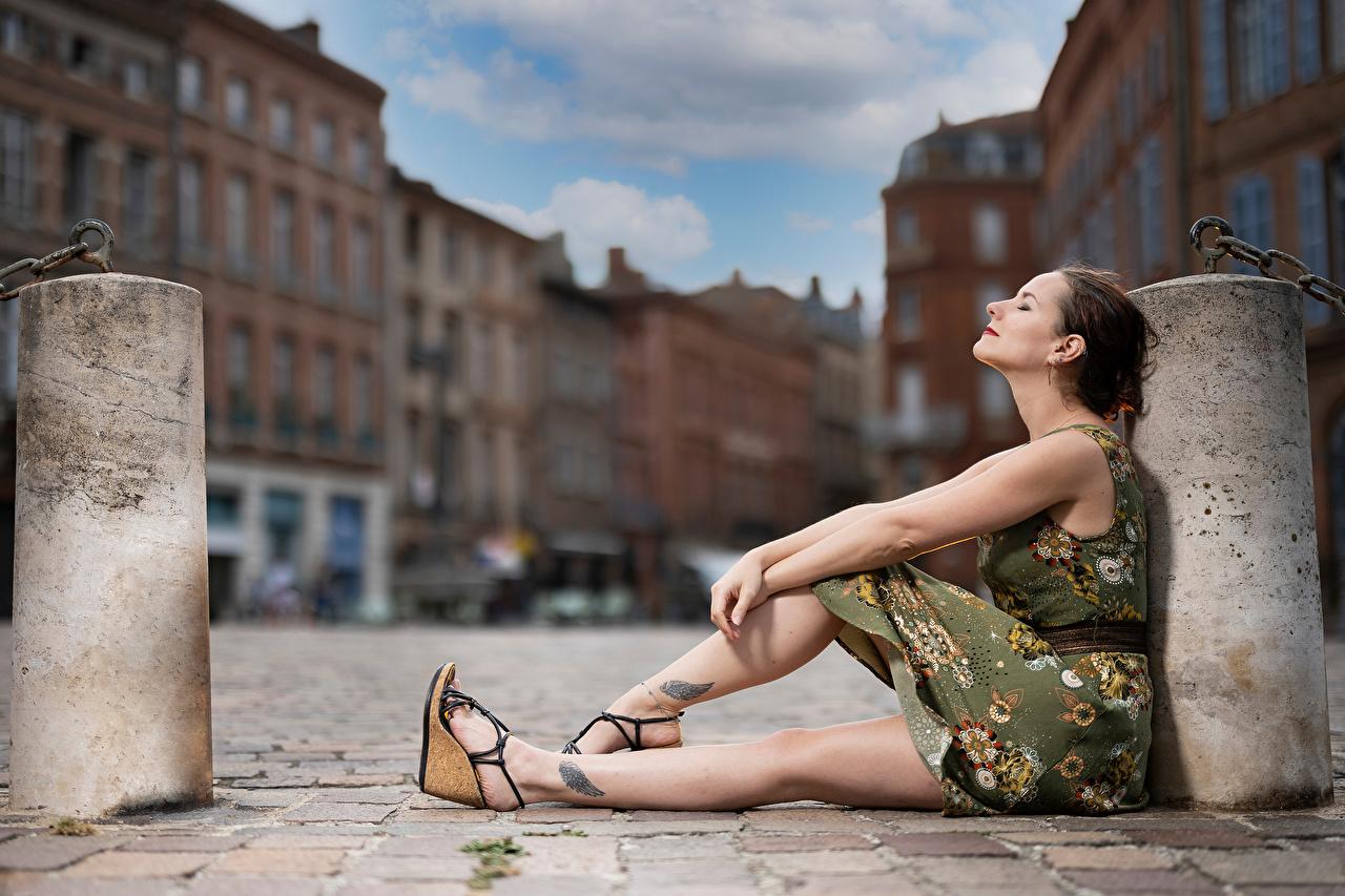 Фото боке Поза Девушки Ноги Сидит Платье Размытый фон позирует девушка молодая женщина молодые женщины ног сидя сидящие платья