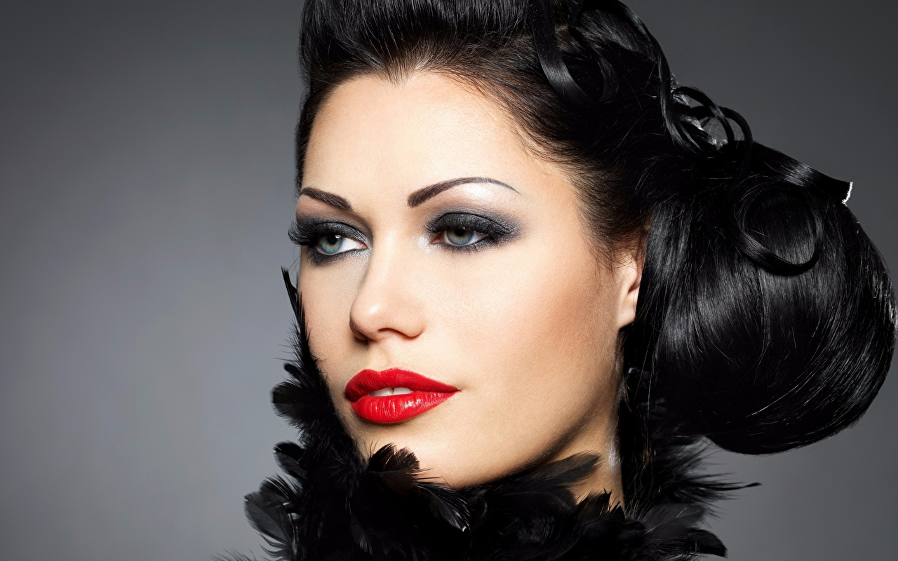 Картинка Брюнетка Макияж Лицо Девушки смотрит сером фоне Красные губы брюнетки брюнеток мейкап косметика на лице лица девушка молодая женщина молодые женщины Взгляд смотрят Серый фон красными губами