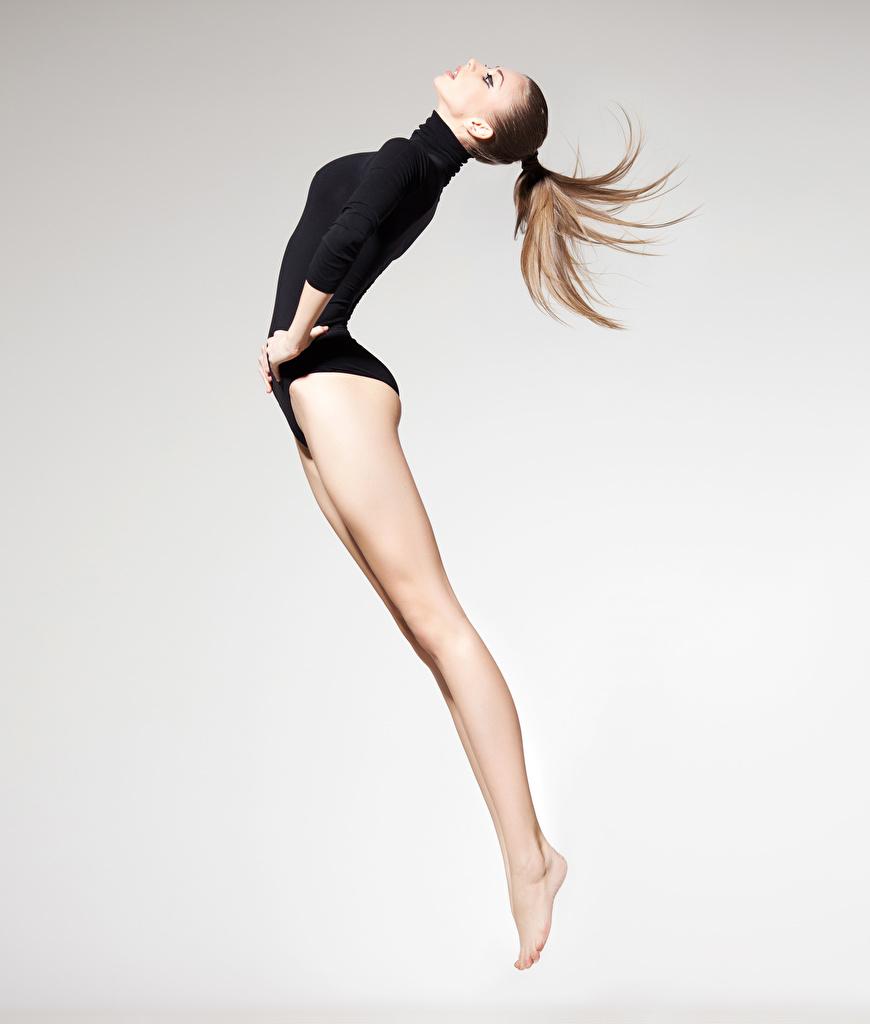 Фотография Шатенка тренируется Спорт Девушки Гимнастика ног в прыжке  для мобильного телефона шатенки Тренировка физическое упражнение девушка спортивные спортивный спортивная молодые женщины молодая женщина Ноги Прыжок прыгать прыгает