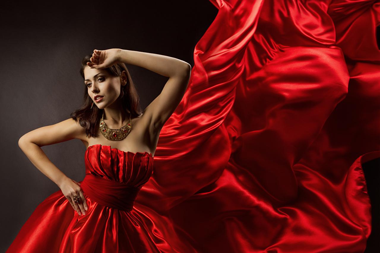 Фотография Шатенка Поза Девушки Красный Ожерелье Руки платья Украшения шатенки позирует красная красные красных девушка ожерелья ожерельем молодая женщина молодые женщины рука Платье
