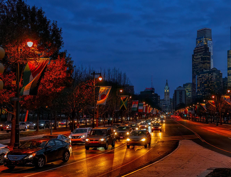Картинка америка Philadelphia Осень Флаг Дороги Вечер Уличные фонари Дома Города США штаты осенние флага город Здания
