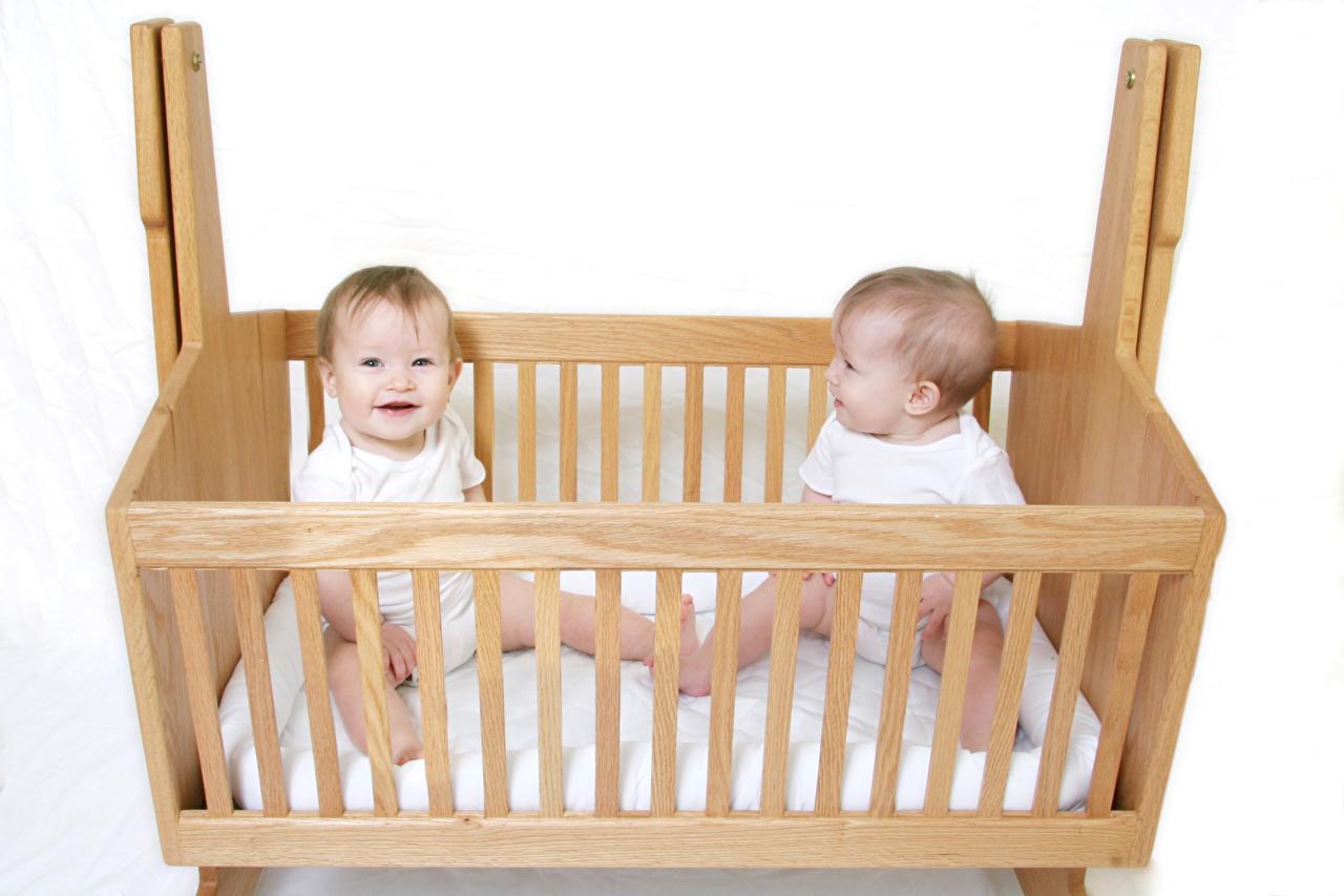 Обои для рабочего стола Младенцы Дети две кровати из дерева белом фоне младенца младенец грудной ребёнок ребёнок 2 два Двое вдвоем Кровать кровате Деревянный Белый фон белым фоном