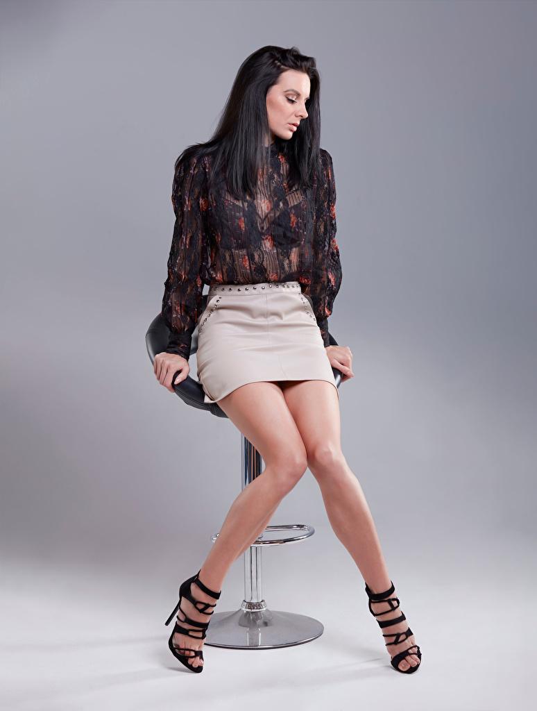 Обои для рабочего стола юбке Брюнетка Блузка Девушки ног сидя  для мобильного телефона юбки Юбка брюнетки брюнеток девушка молодая женщина молодые женщины Ноги Сидит сидящие