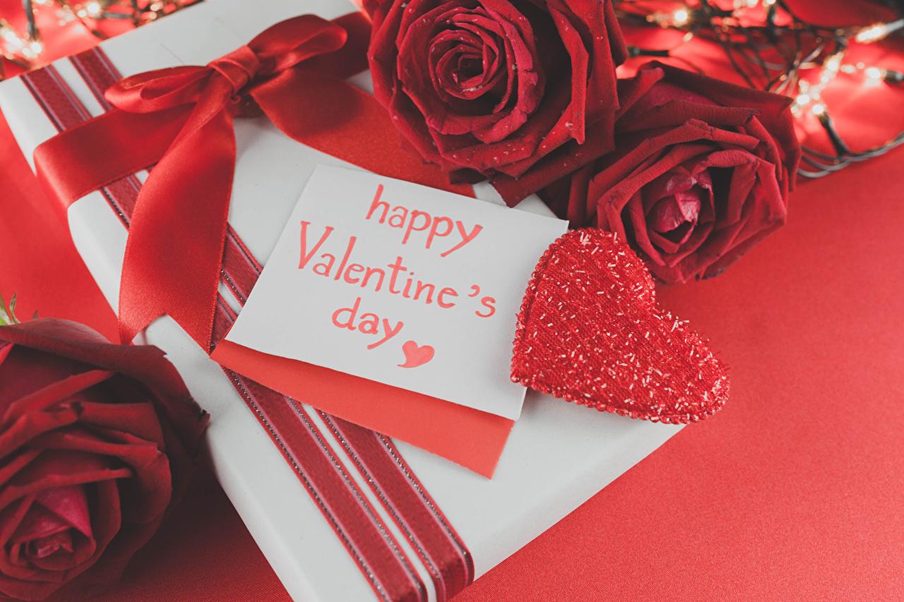 Фотографии День всех влюблённых Английский Сердце Розы Красный Цветы Подарки Бантик Красный фон День святого Валентина сердечко
