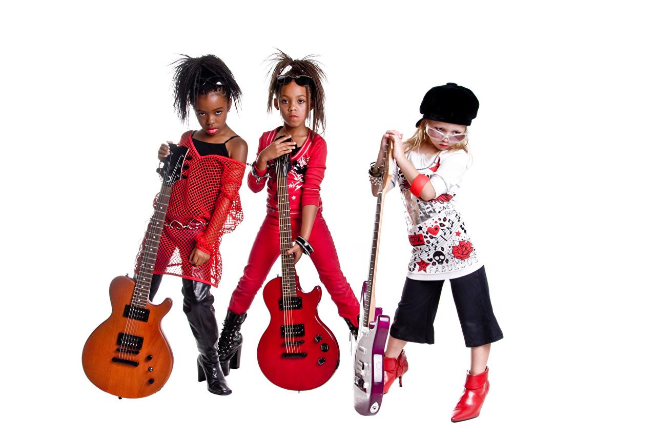 Фото Девочки гитары ребёнок негры Музыка очков Трое 3 кепкой белом фоне Музыкальные инструменты девочка Гитара с гитарой Дети Негр три Очки очках втроем Кепка кепке Белый фон Бейсболка белым фоном