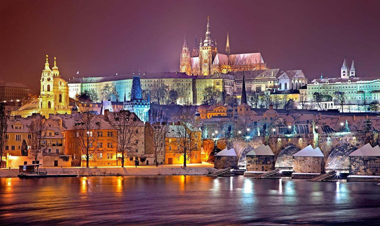 Фотографии Прага Чехия Prague castle, Vltava Зима Ночь Реки Дома город зимние река ночью речка в ночи Ночные Города Здания