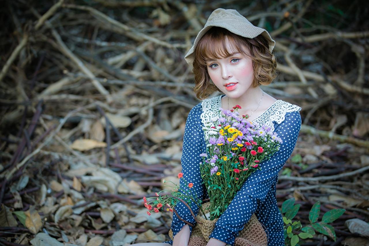 Фотографии шатенки боке милый Букеты шляпе Девушки Азиаты Взгляд Шатенка Размытый фон милая Милые Миленькие букет шляпы Шляпа девушка молодая женщина молодые женщины азиатки азиатка смотрит смотрят