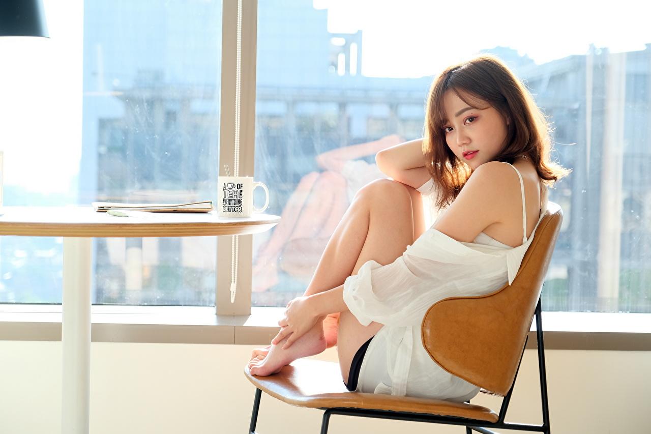 Обои для рабочего стола шатенки позирует девушка азиатки окна Сидит Стулья Шатенка Поза Девушки молодая женщина молодые женщины Азиаты азиатка Окно стул сидя сидящие