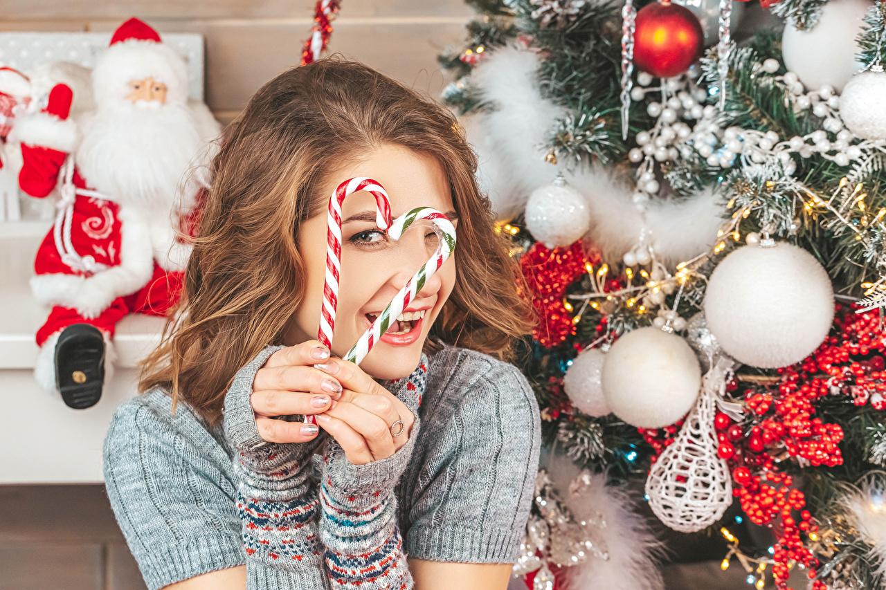Фотографии шатенки Новый год серце Улыбка Леденцы Девушки Дед Мороз Пальцы Шарики Шатенка Рождество Сердце сердца сердечко улыбается девушка Санта-Клаус молодая женщина молодые женщины Шар