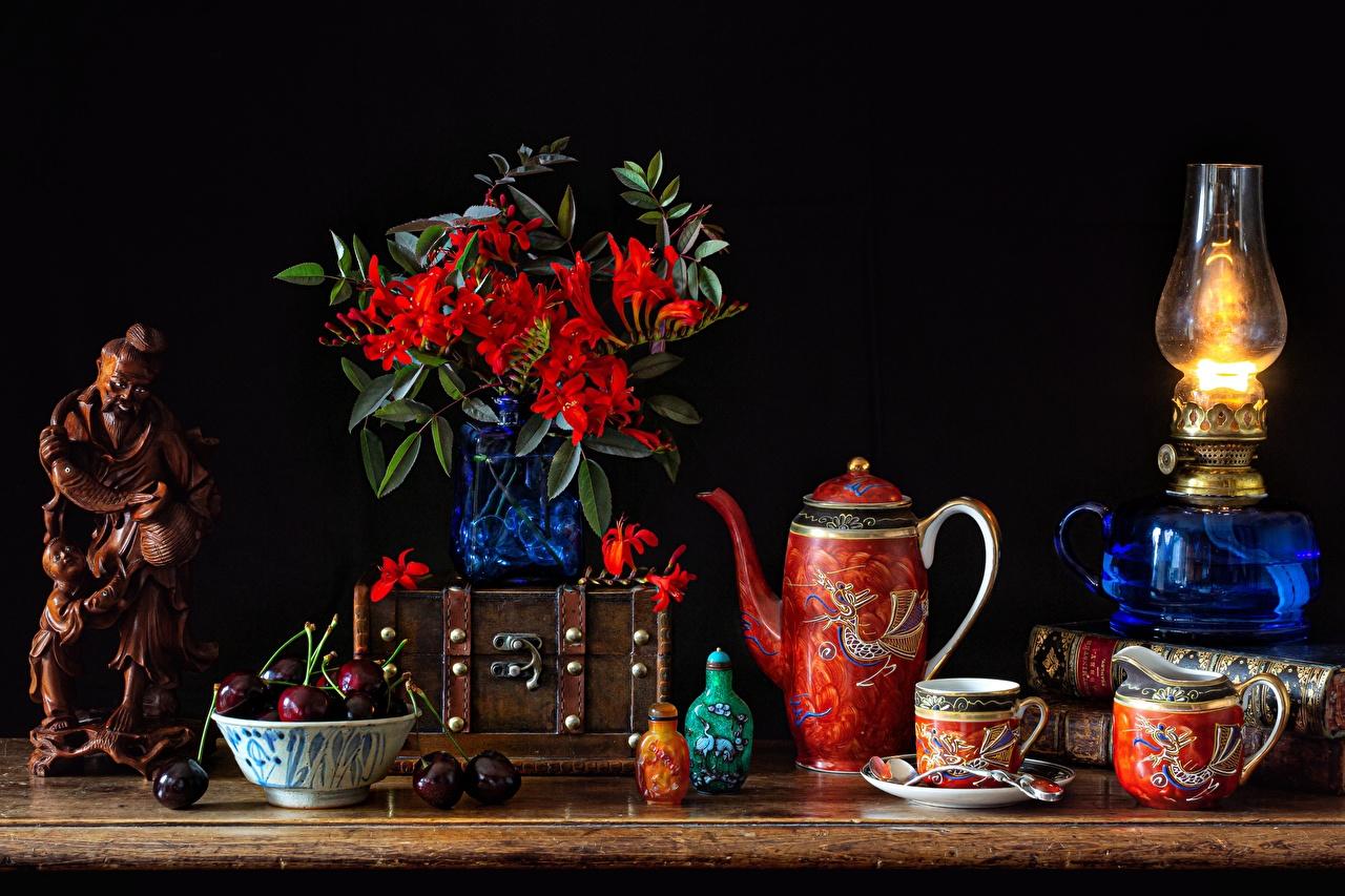Картинка Керосиновая лампа Миска Черешня Ваза чашке Книга Натюрморт Вишня вазе вазы Чашка книги