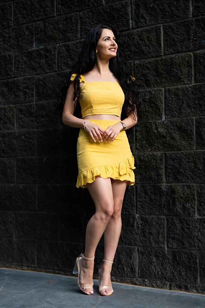 Фотография девушка Victoria Bell позирует брюнеток Ноги Улыбка  для мобильного телефона Девушки молодая женщина молодые женщины Поза брюнетки Брюнетка ног улыбается