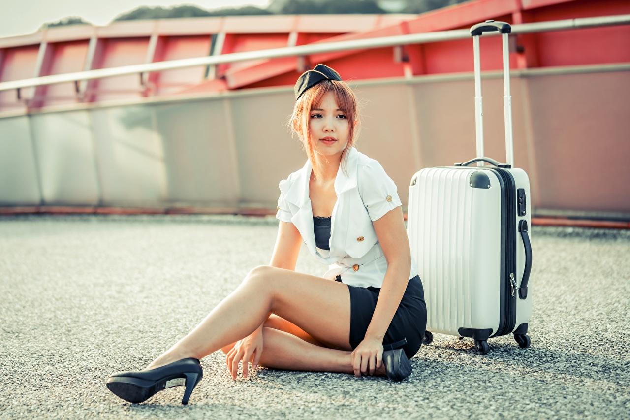 Обои для рабочего стола Шатенка стюардесса Поза молодая женщина ног Азиаты Чемодан сидя униформе шатенки стюардесс Стюардессы позирует девушка Девушки молодые женщины Ноги азиатка азиатки чемоданы чемоданом Сидит сидящие Униформа