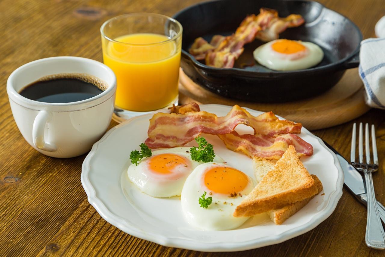 Фотография Бекон Яичница Кофе Завтрак Чашка тарелке Продукты питания яичницы глазунья Еда Пища чашке Тарелка