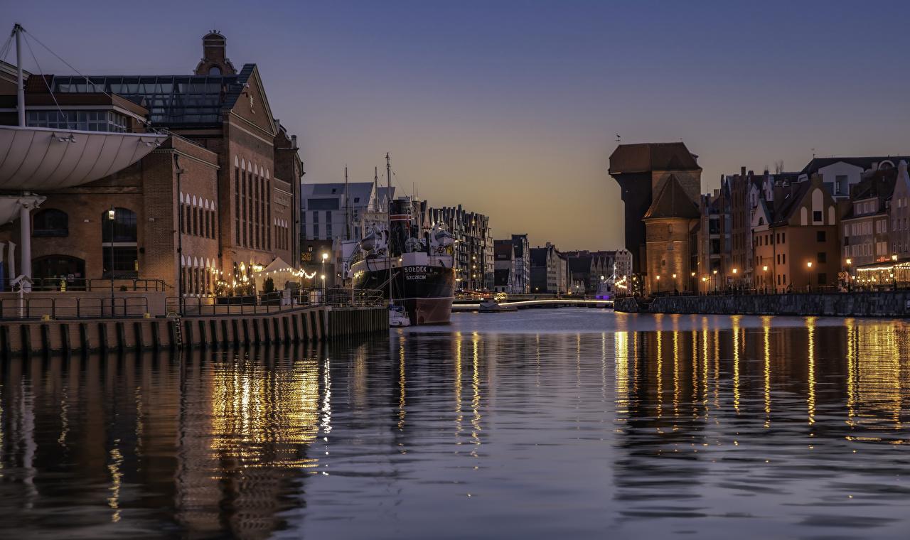 Фотография Польша Gdansk Водный канал Вечер Причалы Уличные фонари Дома город Пирсы Пристань Здания Города