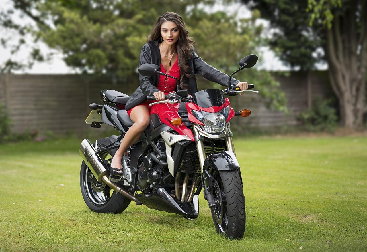Фотография Модель Elle Куртка Мотоциклы молодые женщины смотрит Платье фотомодель куртке куртки куртках девушка Девушки мотоцикл молодая женщина Взгляд смотрят платья
