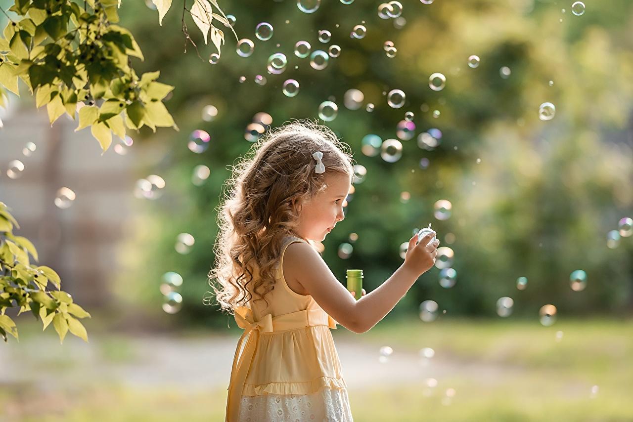 Фотографии Девочки русая Мыльные пузыри боке Дети Руки девочка Русые русых Размытый фон ребёнок рука