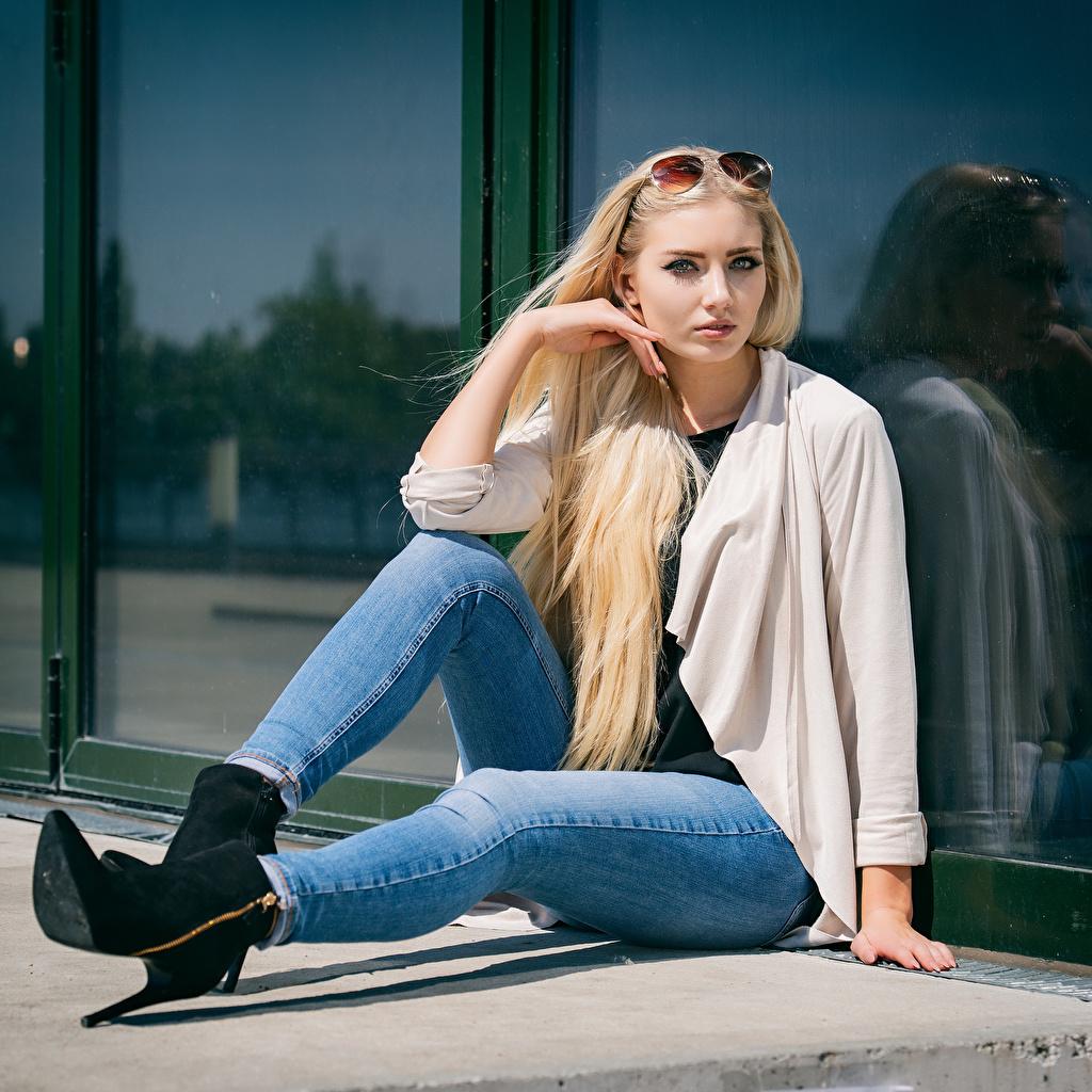 Фотография Блондинка Soraya, Miss Germany 2017 Девушки Джинсы сидя Взгляд блондинки блондинок девушка молодая женщина молодые женщины джинсов Сидит сидящие смотрит смотрят