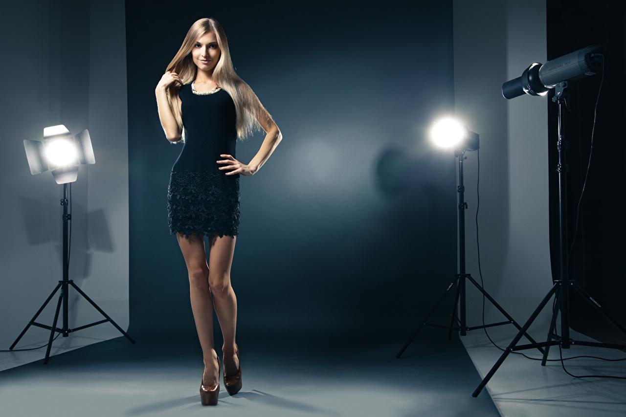 Фотографии блондинок Модель Поза Девушки ног рука Лампа Платье туфель блондинки Блондинка фотомодель позирует девушка молодая женщина молодые женщины Ноги ламп Руки лампы платья Туфли туфлях