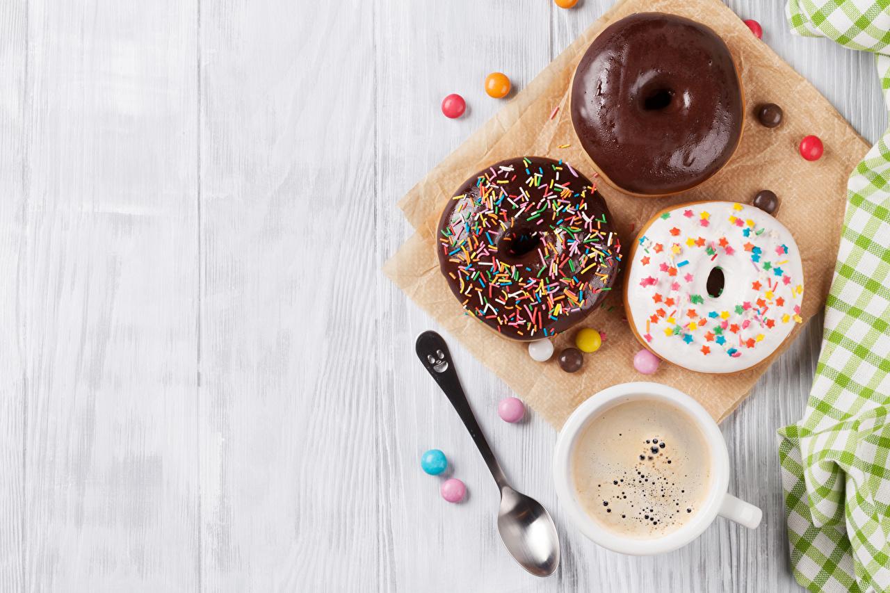 Фотографии Шоколад Кофе Конфеты Пончики три Ложка чашке Продукты питания Выпечка Доски Еда Пища ложки Чашка Трое 3 втроем