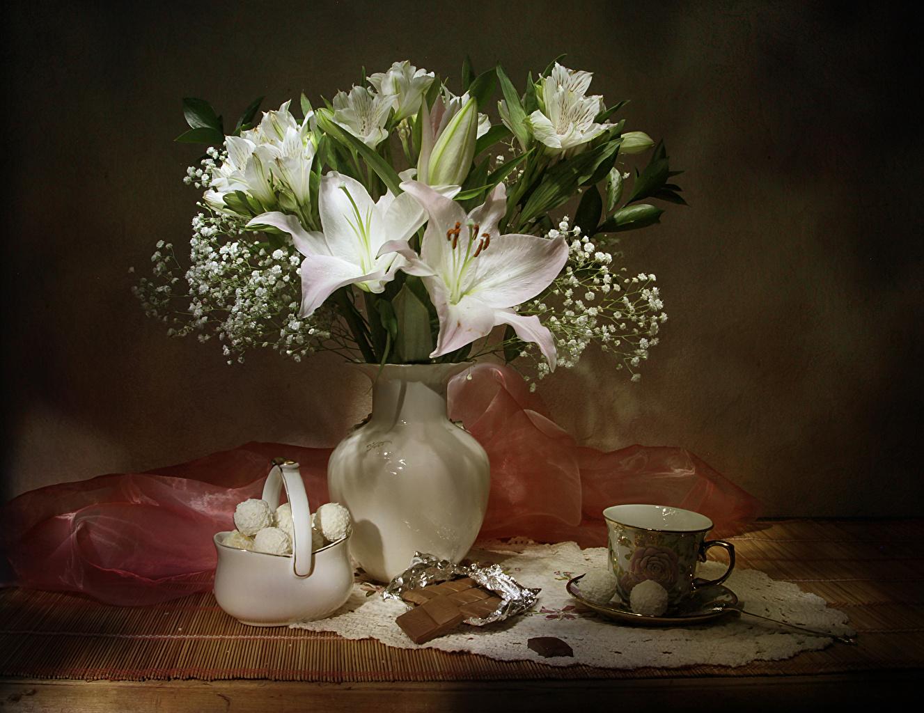 Обои для рабочего стола Букеты Шоколад Лилии Конфеты цветок Еда вазе чашке Натюрморт букет лилия Цветы Ваза вазы Пища Чашка Продукты питания