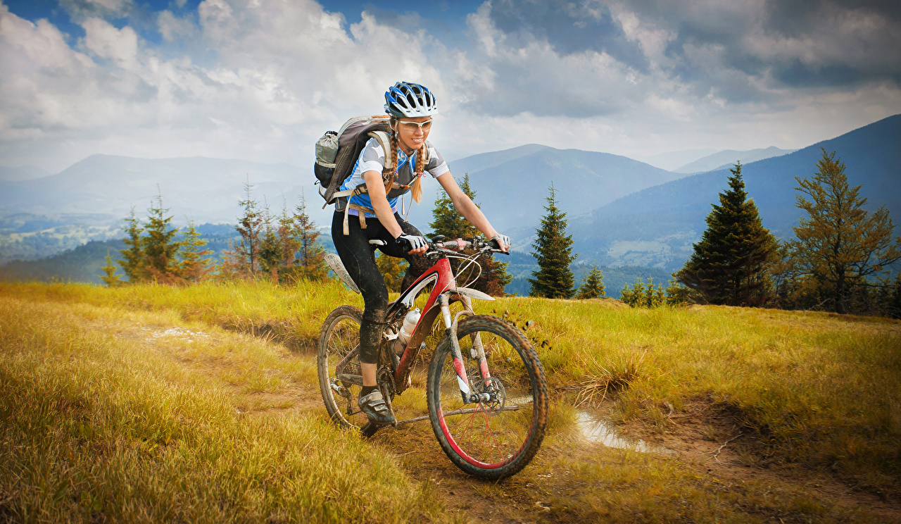 Фотографии в шлеме велосипеде Спорт молодая женщина Движение очков Шлем шлема Велосипед велосипеды девушка Девушки молодые женщины едет едущий едущая скорость Очки очках