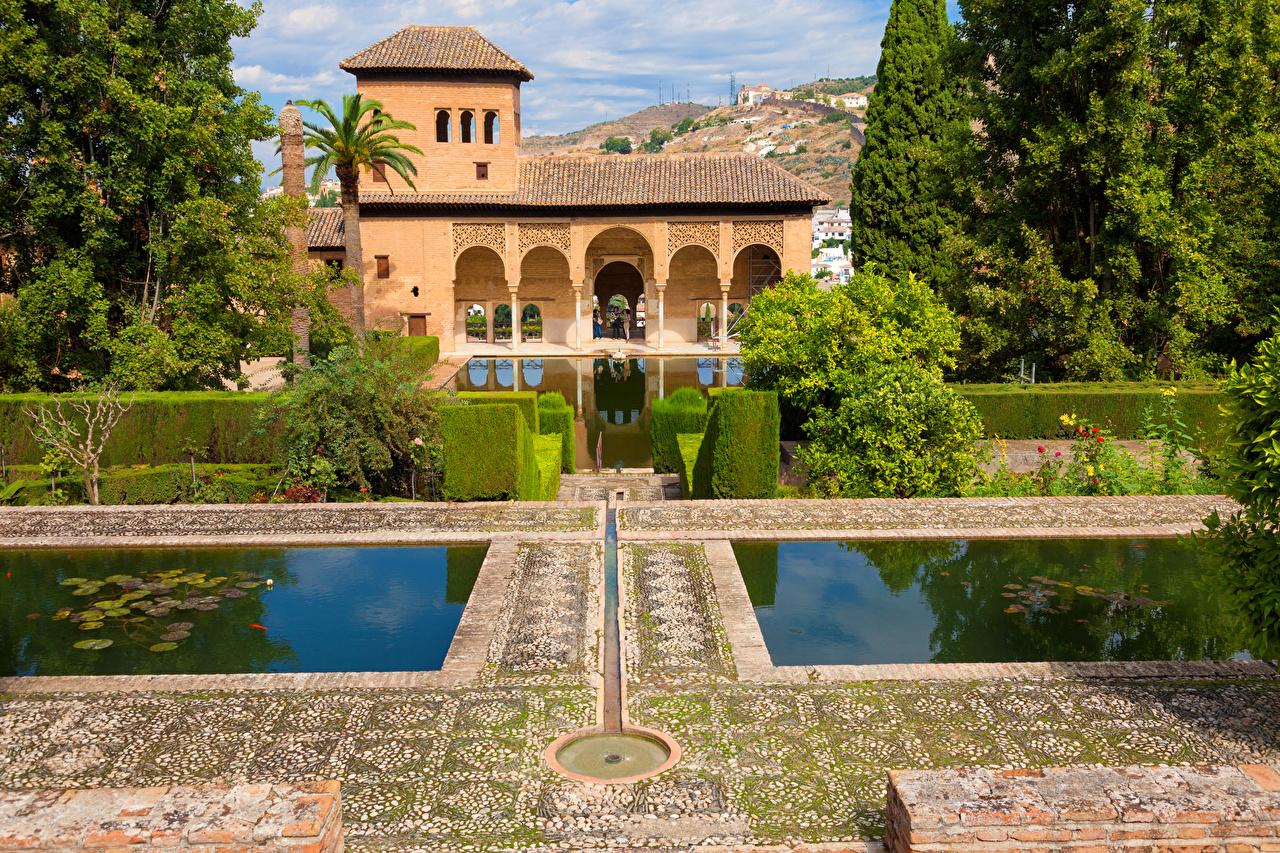 Картинки Испания Alhambra Granada Пруд парк Дома Города кустов Парки город Кусты Здания
