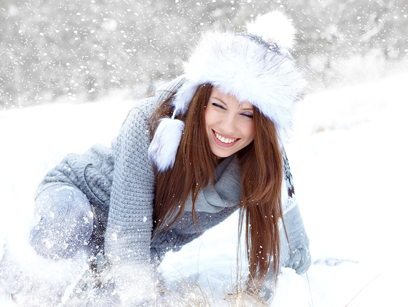 Картинки Izabela Magier Шатенка Улыбка Зима шапка Девушки снеге Свитер шатенки улыбается Шапки зимние в шапке девушка молодая женщина молодые женщины Снег снега снегу свитере свитера