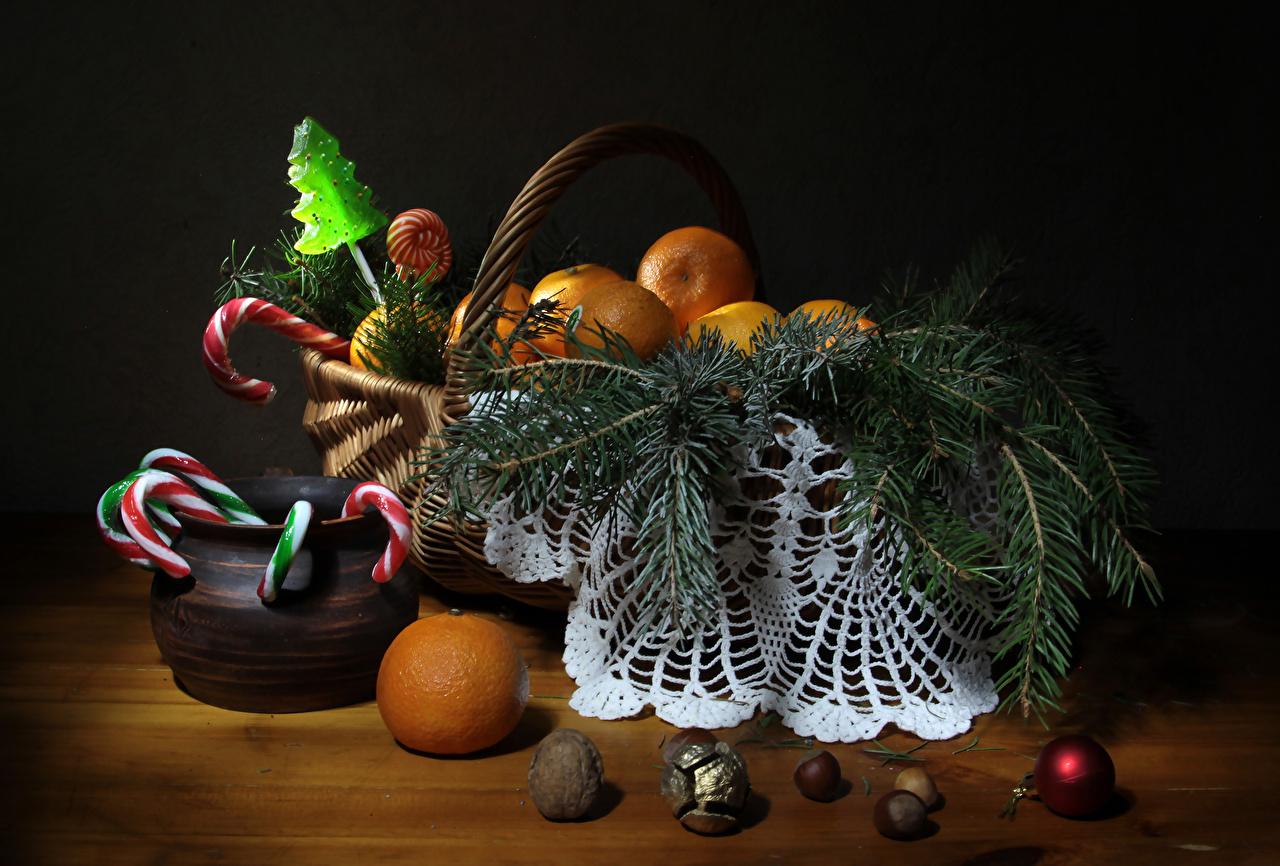 Фото Рождество Мандарины Корзинка Шар Пища Ветки Орехи Сладости Новый год Корзина Еда ветвь Шарики Продукты питания