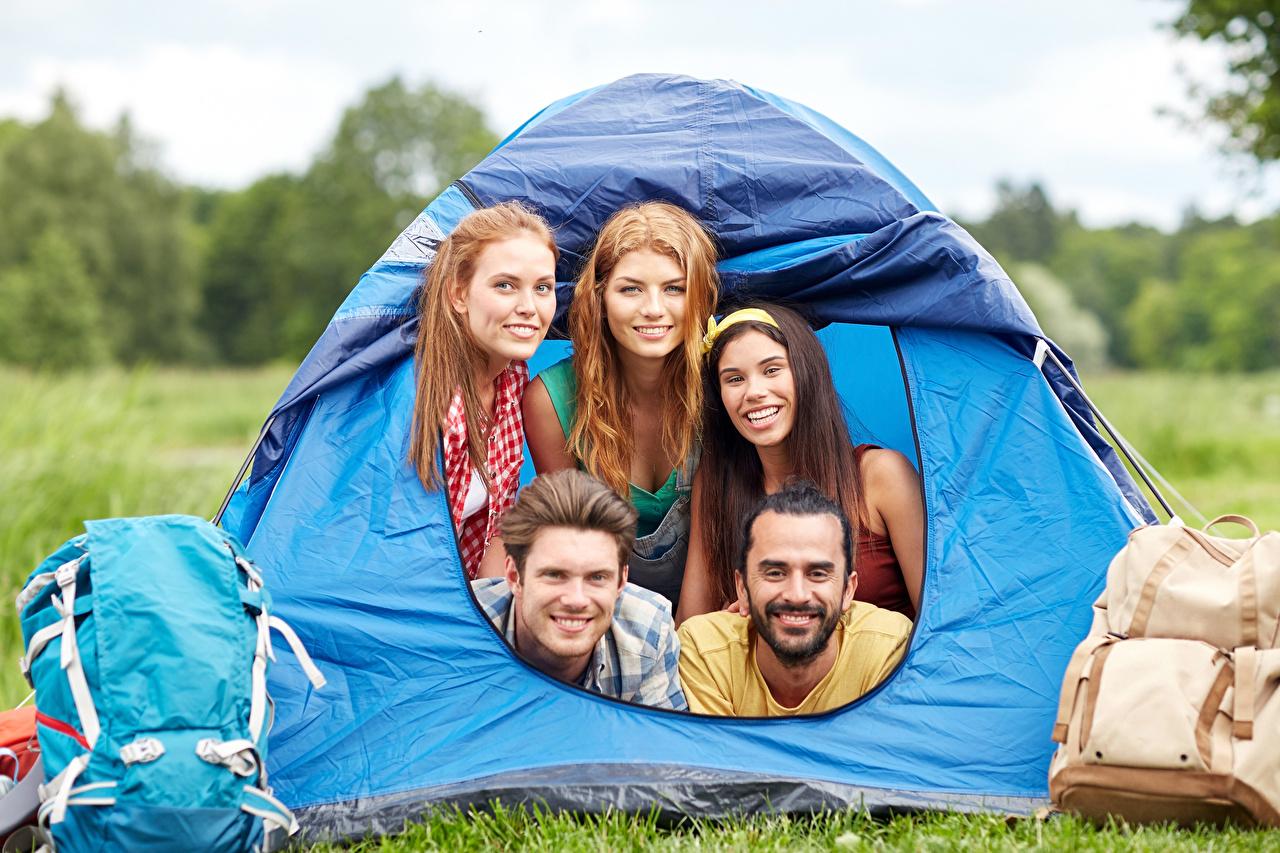 Обои для рабочего стола путешественник Туризм Мужчины улыбается Палатка Рюкзак Девушки смотрят Турист мужчина Улыбка девушка молодая женщина молодые женщины Взгляд смотрит