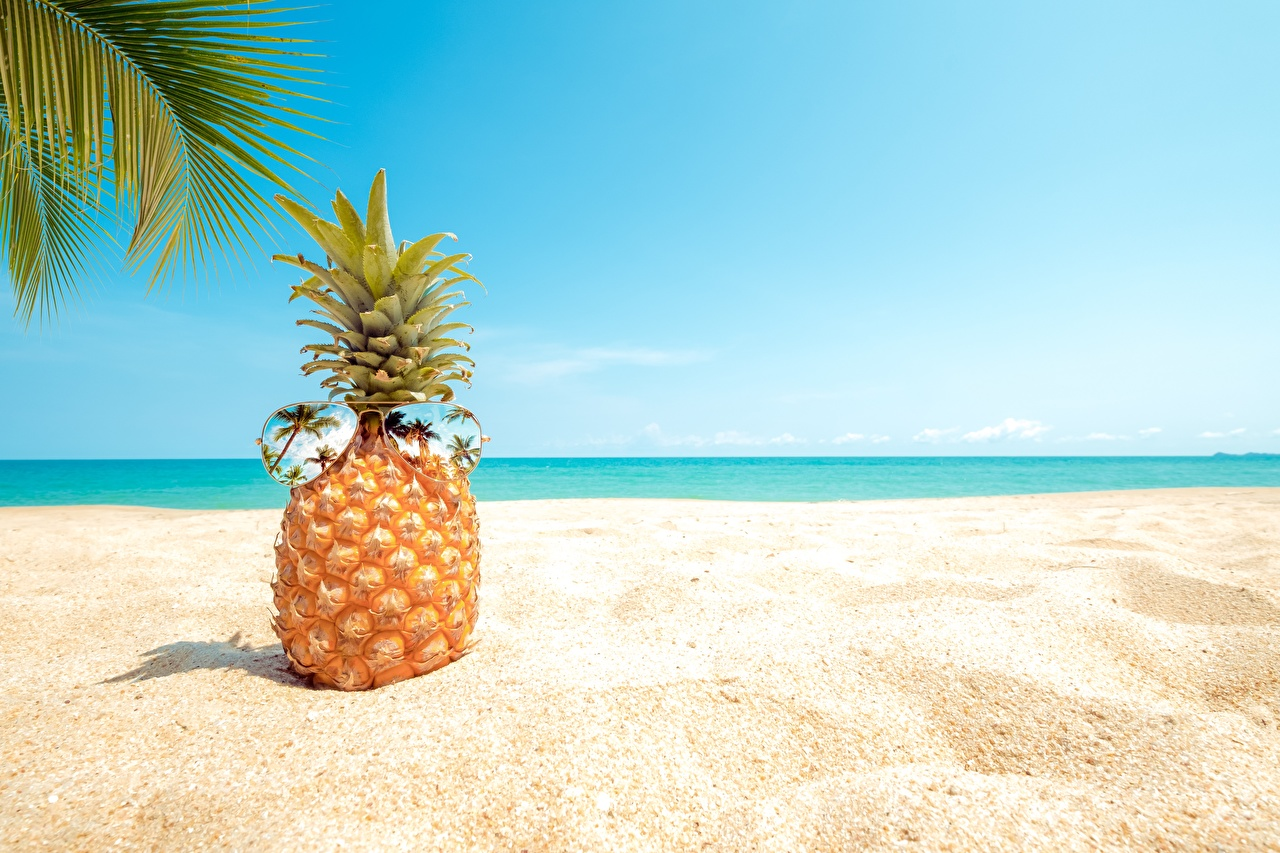 Картинка Пляж песка Ананасы Очки Продукты питания пляжи пляже пляжа песке Песок Еда Пища очках очков