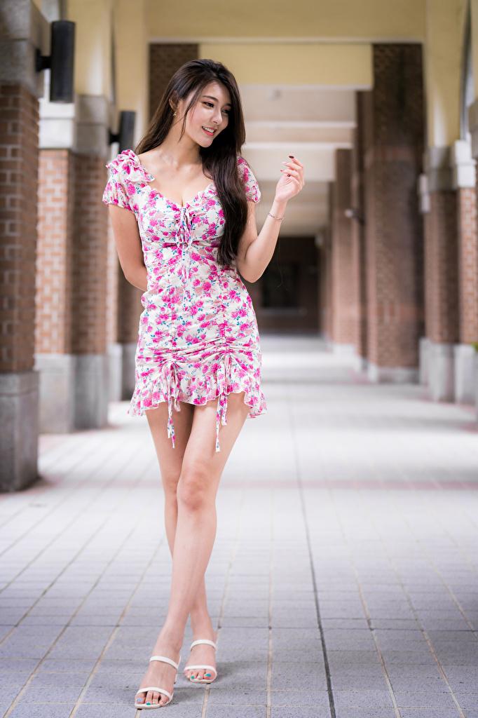 Фото Улыбка позирует Девушки Ноги Азиаты Платье  для мобильного телефона улыбается Поза девушка молодая женщина молодые женщины ног азиатки азиатка платья