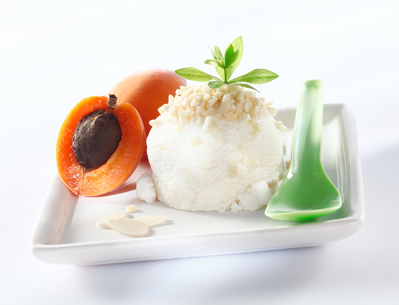 Картинка Абрикос Мороженое Шар Пища Ложка Сладости Белый фон Еда ложки Шарики Продукты питания белом фоне белым фоном сладкая еда
