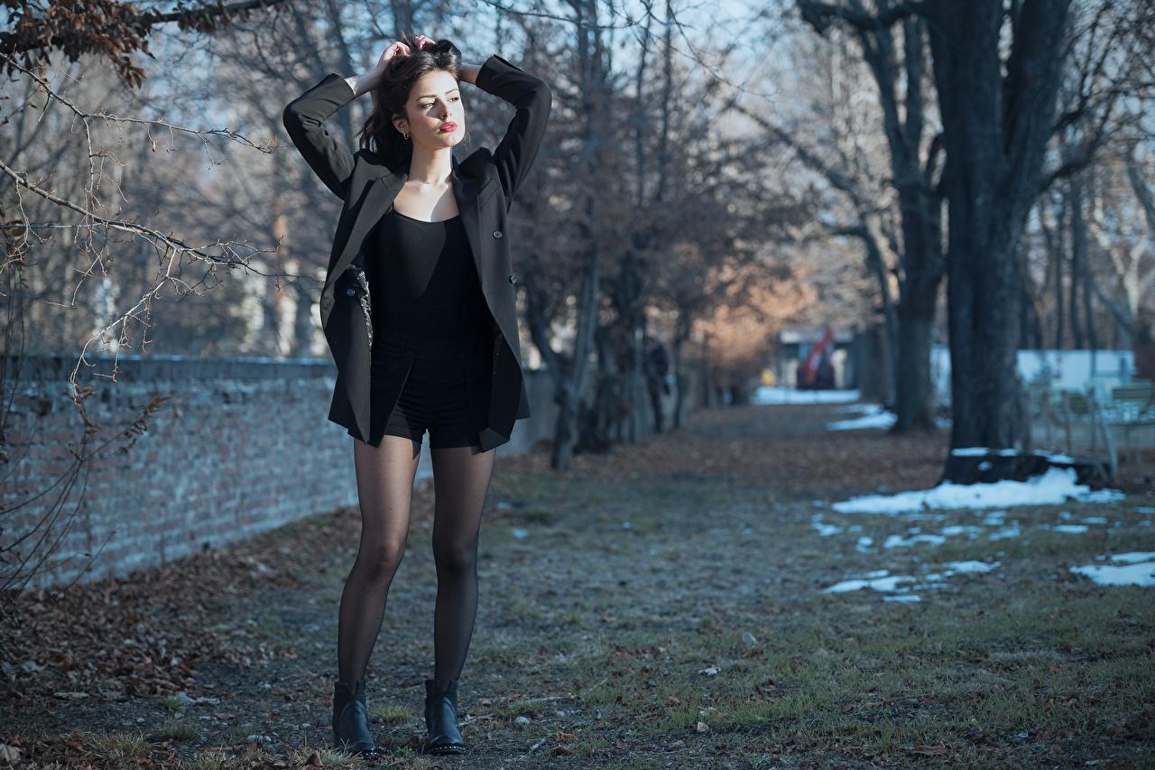 Картинка Ester Merja Брюнетка колготок Luigi Malanetto Поза Куртка молодые женщины ног Руки брюнетки брюнеток Колготки колготках позирует куртке куртки куртках девушка Девушки молодая женщина Ноги рука