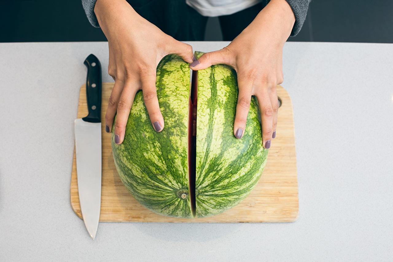 Картинки Маникюр Нож Арбузы Еда Руки Пальцы Разделочная доска ножик Пища Продукты питания
