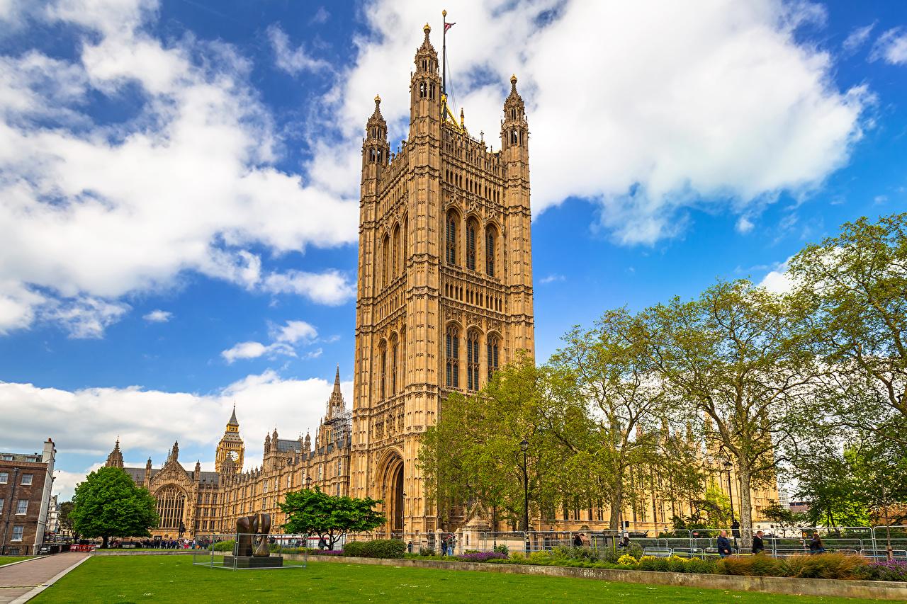 Обои для рабочего стола Лондон дворца Великобритания Westminster Palace Газон город дерева облачно лондоне Дворец газоне Города Облака дерево облако Деревья деревьев