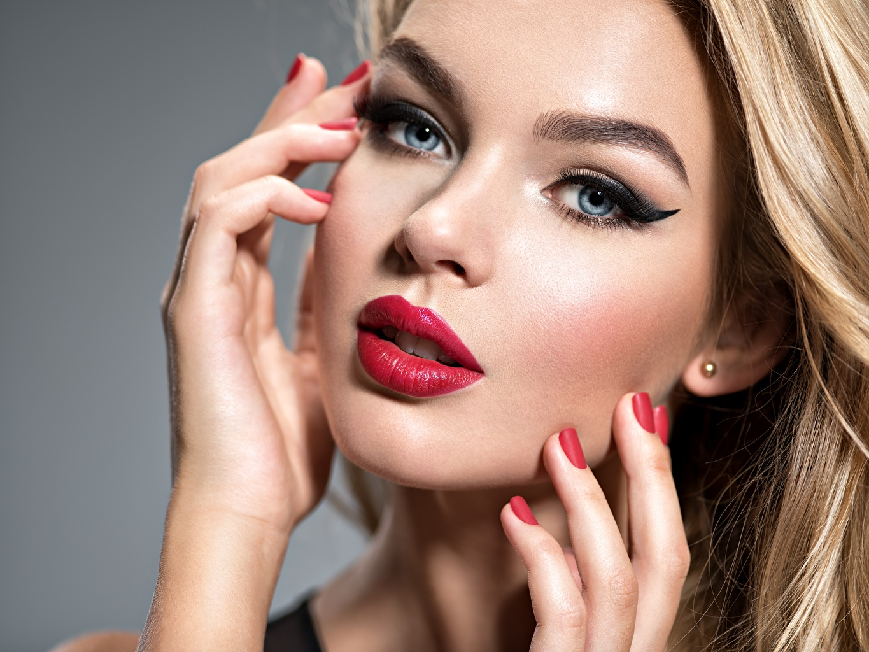 Картинки Маникюр мейкап Красивые Лицо Девушки Пальцы смотрит Красные губы Макияж Взгляд