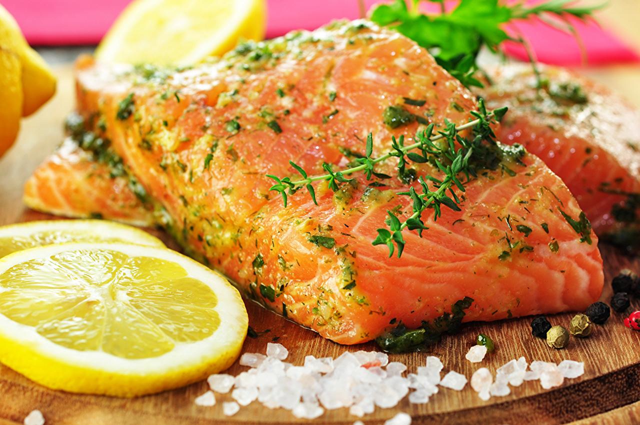 Обои для рабочего стола Еда Рыба Лимоны Специи Лососи Морепродукты Пища Продукты питания приправы пряности