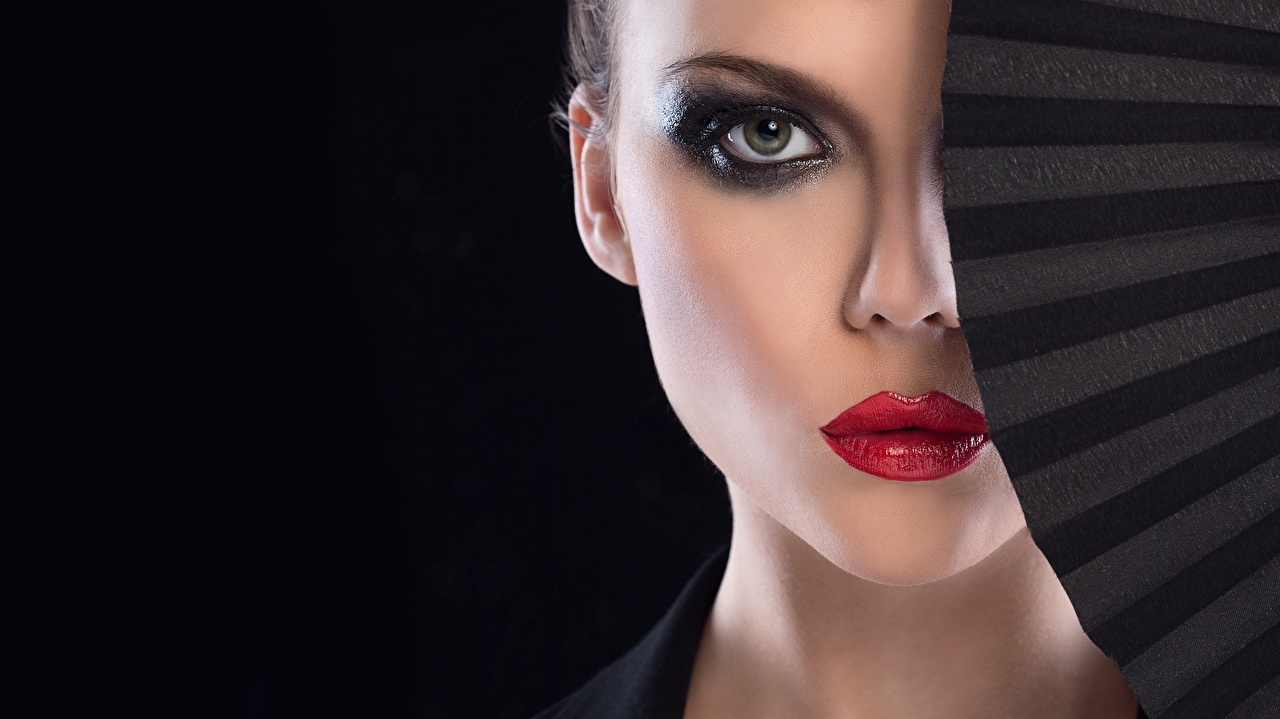 Фотографии фотомодель мейкап Веер молодая женщина смотрят Черный фон красными губами Модель Макияж косметика на лице девушка Девушки молодые женщины Взгляд смотрит Красные губы на черном фоне