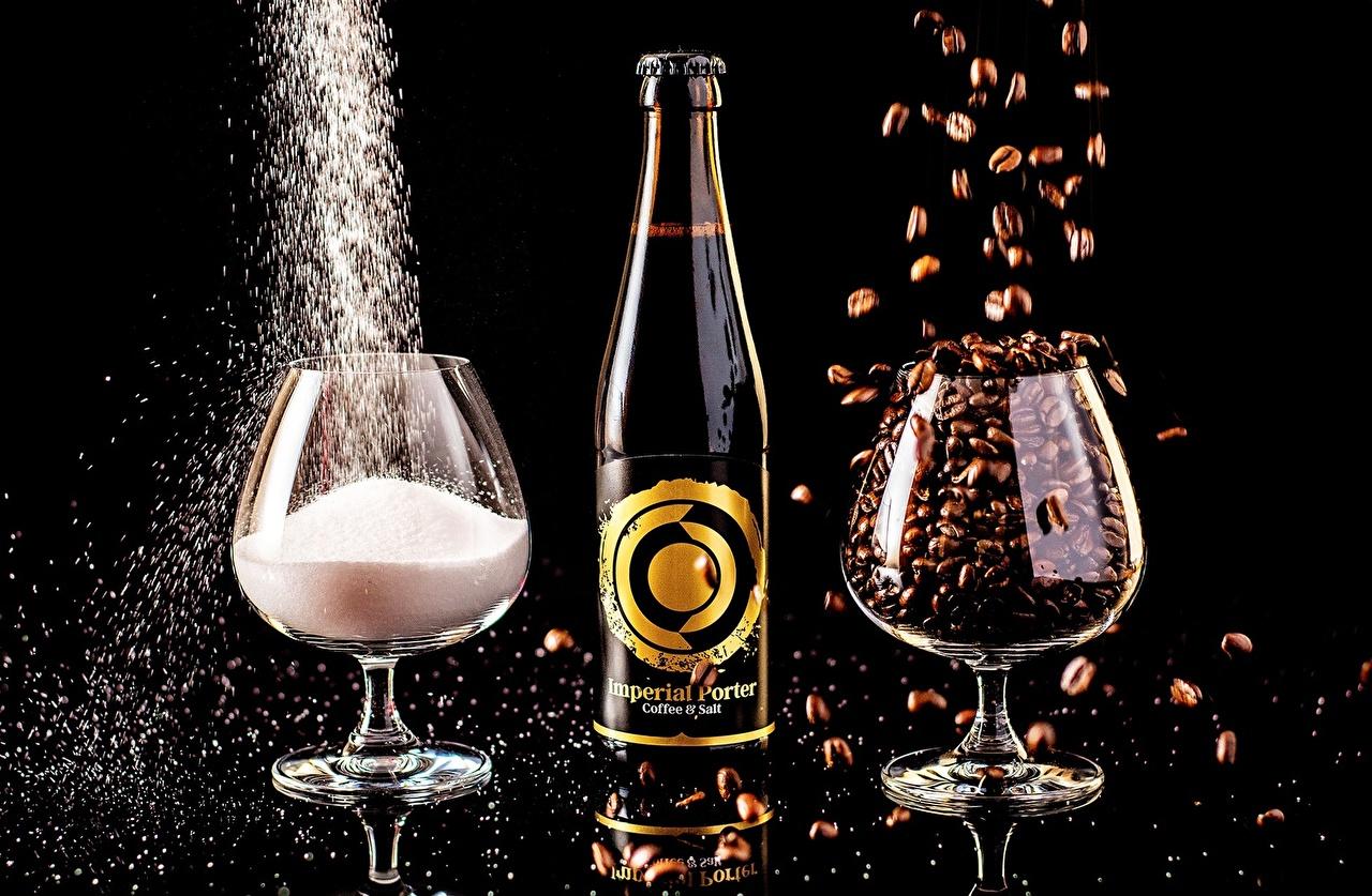 Картинки Imperial porter Кофе Пиво солью Еда Бокалы Бутылка Черный фон Напитки Соль соли Пища бокал бутылки Продукты питания на черном фоне напиток