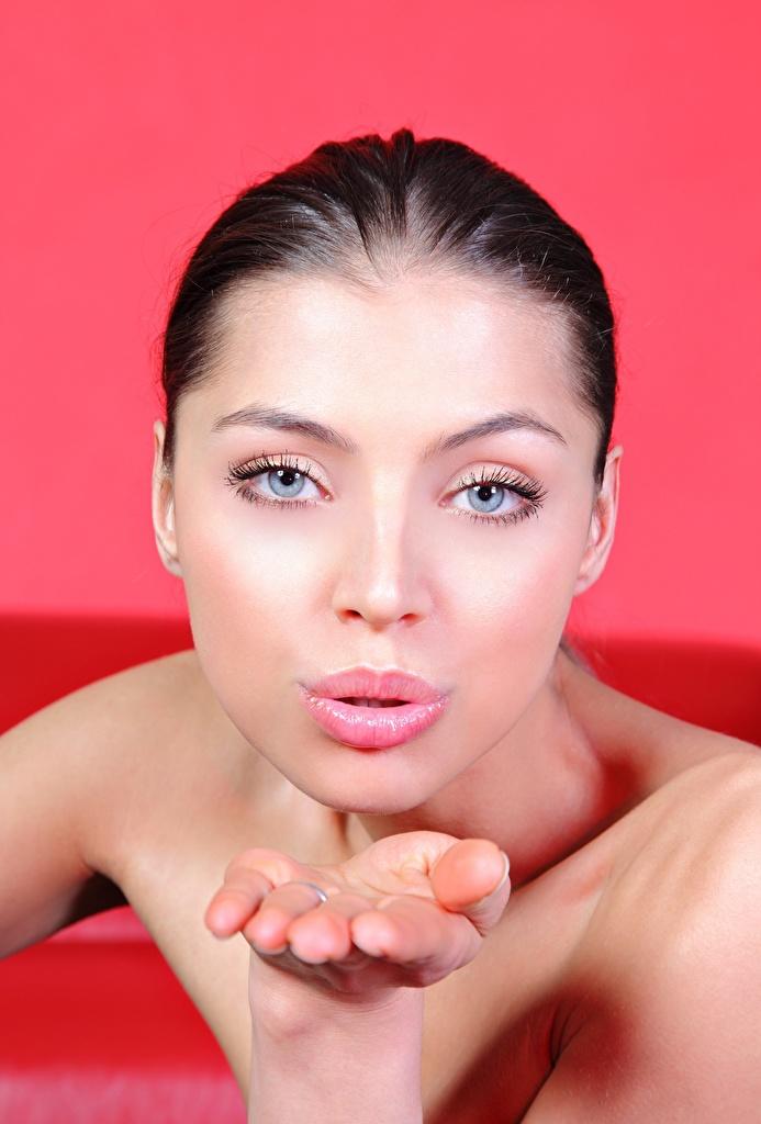 Обои для рабочего стола FERGIE A Valentina Kolesnikova целует девушка Руки смотрит  для мобильного телефона поцелуи Поцелуй целование целоваться Девушки молодые женщины молодая женщина рука Взгляд смотрят