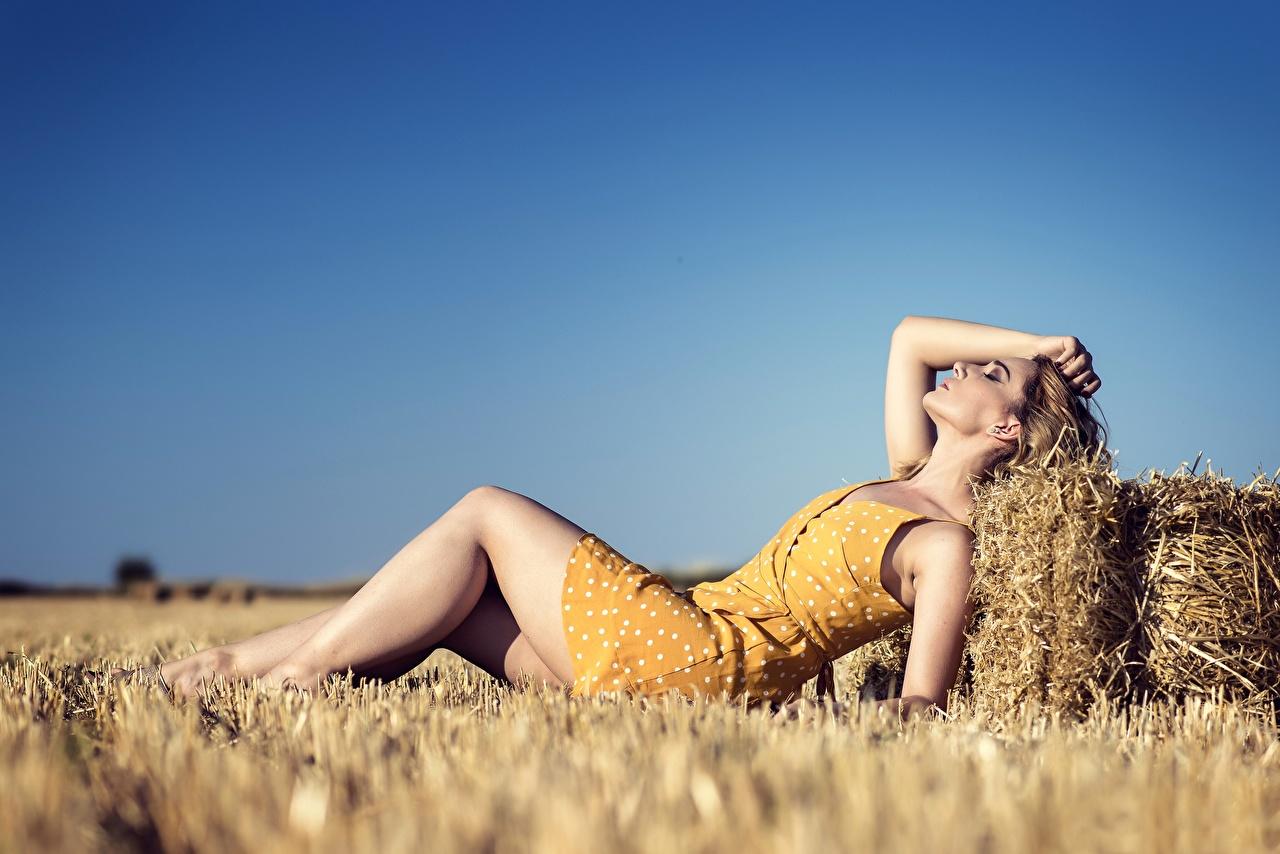 Картинки Лежит боке молодая женщина ног Поля соломе Платье лежа лежат лежачие Размытый фон девушка Девушки молодые женщины Ноги Солома платья