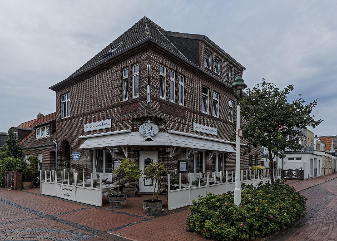 Картинки Германия Ресторан Norderney, Neptun улиц Уличные фонари Дома кустов Города ресторане рестораны улице Улица город Кусты Здания