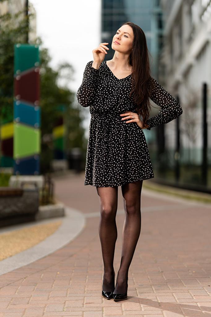 Обои для рабочего стола Natalia Larioshina Поза Девушки Ноги Платье  для мобильного телефона позирует девушка молодая женщина молодые женщины ног платья