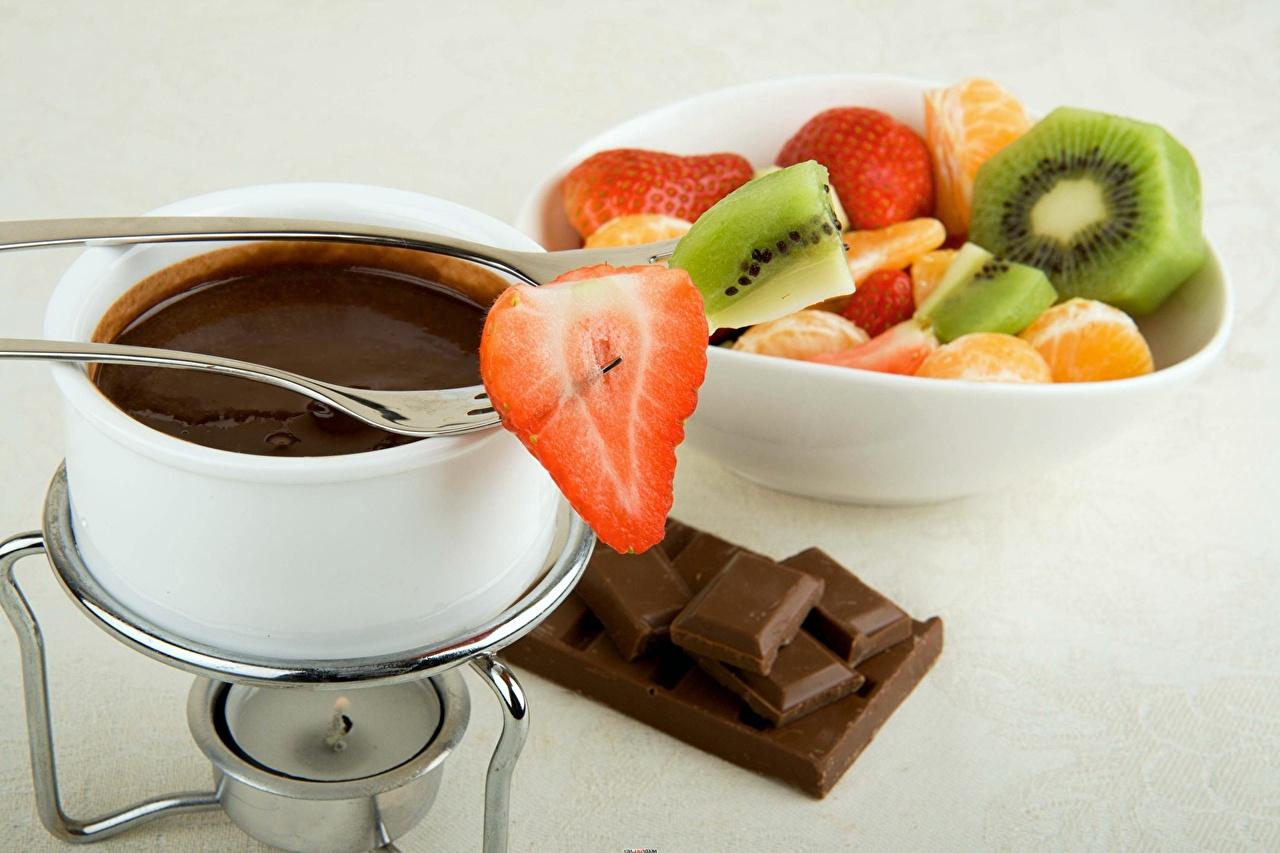 Картинка Шоколад Клубника Ягоды Вилка столовая Продукты питания Еда Пища вилки