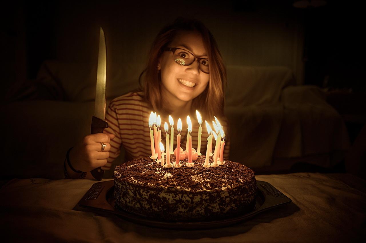 Фотография Улыбка Нож Торты Девушки Свечи улыбается ножик девушка молодые женщины молодая женщина