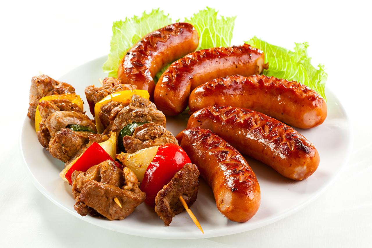 Фото Шашлык Сосиска Овощи Продукты питания Белый фон Мясные продукты Еда Пища белом фоне белым фоном
