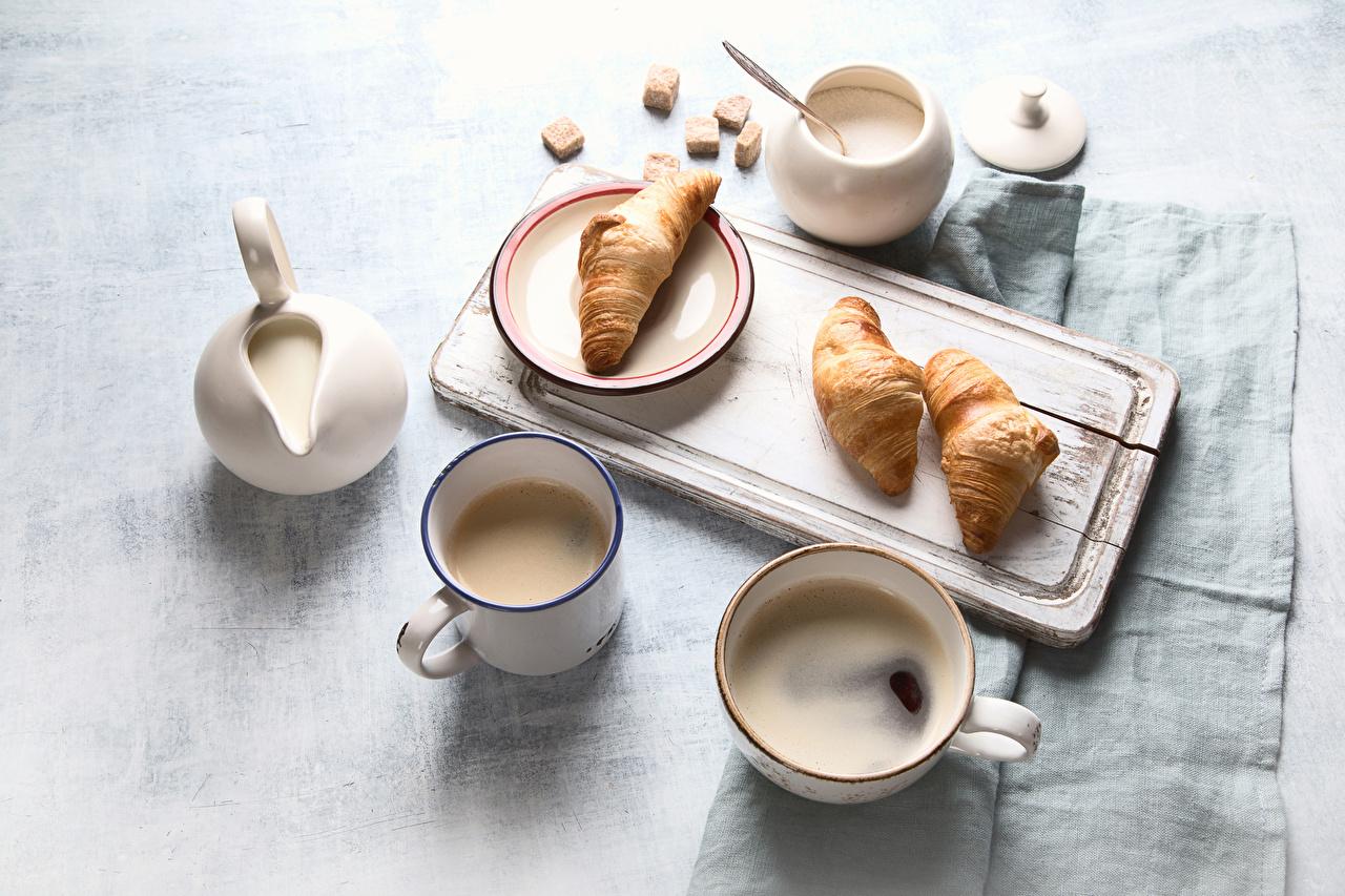 Картинки Кофе Сахар Завтрак Круассан сливками Еда Чашка Кружка разделочной доске сахара Сливки Пища чашке кружке кружки Продукты питания Разделочная доска