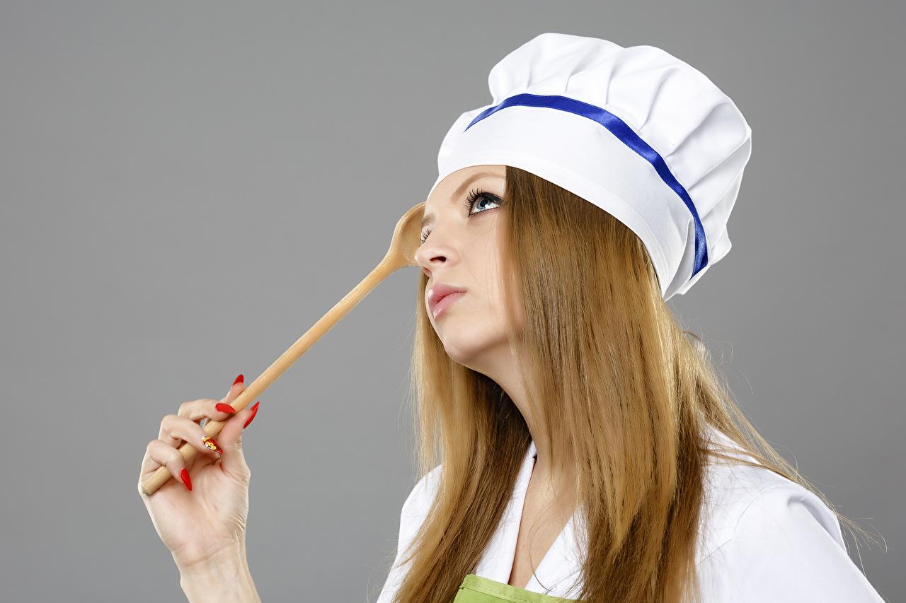 Картинка девушка Руки Повар униформе сером фоне Девушки молодые женщины молодая женщина рука повары повара Униформа Серый фон