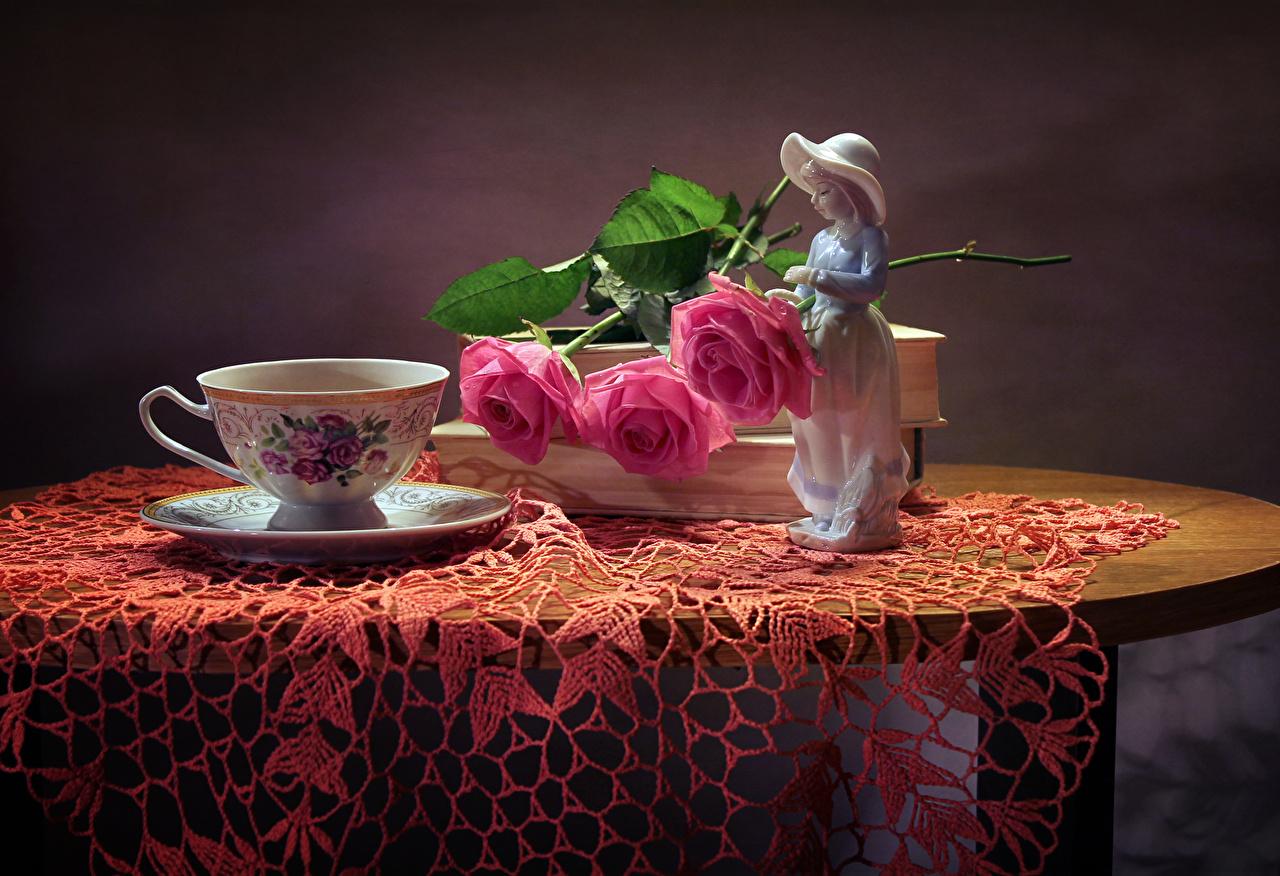 Обои для рабочего стола девочка Розы розовые Цветы Стол чашке Натюрморт скульптура Девочки роза розовых розовая Розовый цветок Чашка столы стола Скульптуры